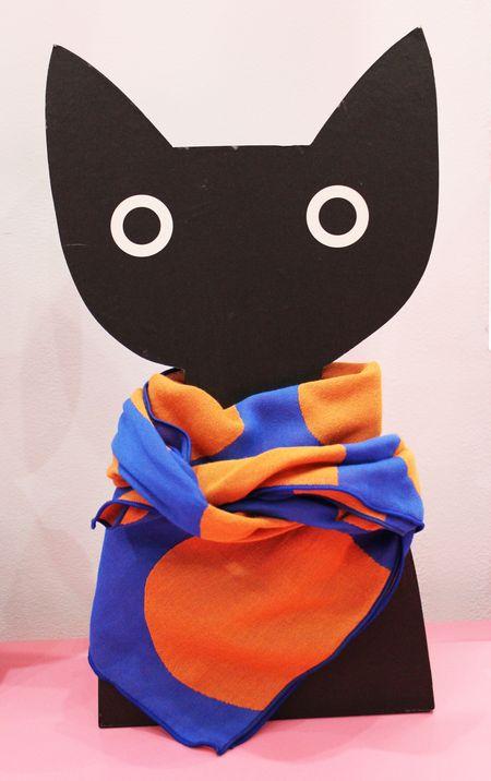 Atsuko Matano Chat noir et foulard pois