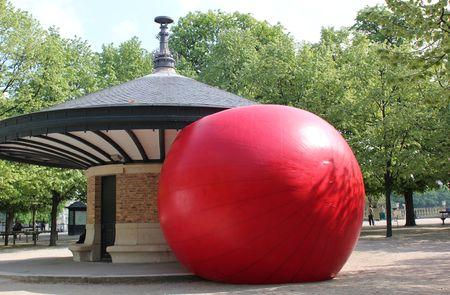 Paris Jardin Luxembourg redball project Kurt Perschke 2