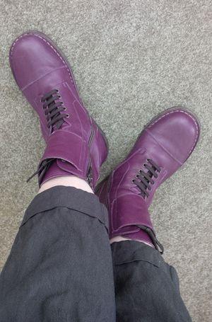 Pèpè boots en cuir violet aux pieds de Céline