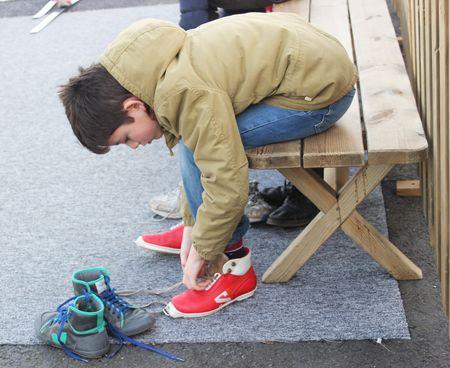 Nils met ses chaussures de ski de fond