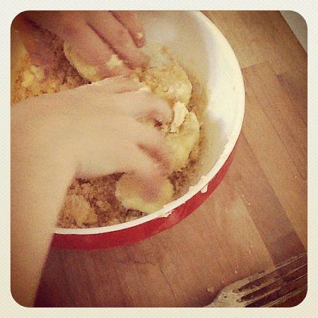 Nils pétri la pâte pour les sablés
