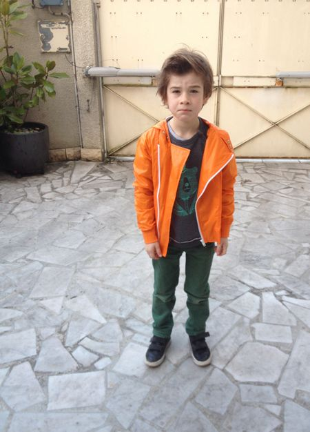 Timoté en blouson orange