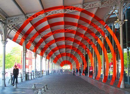 Felice varini galerie est de la grande halle de la Villette